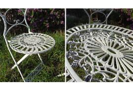 Salon de jardin : une table et deux chaises en fer forgé