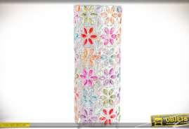 Lampe originale de style oriental, esprit Bollywood, avec fleurs incrustées en gemmes multicolores sur fond de métal blanc effet satiné et nacré.