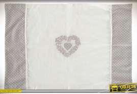 Série de 4 sets de table en coton. Coloris coton écru, gris souris, biais en broderie anglaise, broderie en forme de coeurs.