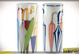Ensemble de deux porte-parapluies confectionnés en céramique, de forme cylindrique, avec motifs et illustrations colorées de parapluies.