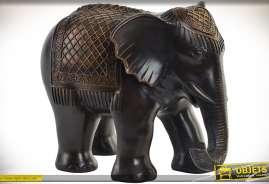 Superbe statuette d'éléphant en résine imitant le bois, coloris noir et doré.