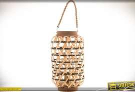 Lanterne à poser en bambou tressé ajouré, bois et verre, forme cylindrique avec anse en cordage, support central en verre.