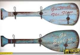Deux grandes rames de barques en bois vieilli, patine bleue, avec 3 doubles patères, style rétro et bord de mer.
