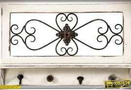 Porte-manteaux rétro en bois avec panneau décoratif mural et mini-étagère patine blanche à l'ancienne et métal noir style fer forgé