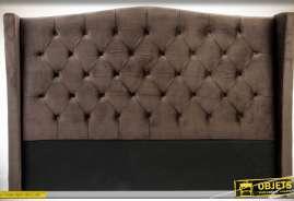 Grande tête de lit pour lits en 160, avec retours enveloppants et rembourrage épais à capitons. Structure en bois et tissu polyester toucher velours c