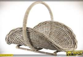 Panier porte-bûches en osier et rotin, forme arrondie, avec anse originale circulaire et socle de maintien pour la stabilité au sol.