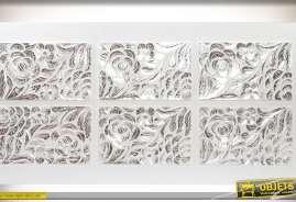 Tête de lit en 160, coloris blanc et argent, avec six fresques sculptées en relief à décors de fleurs avec un rendu argenté.