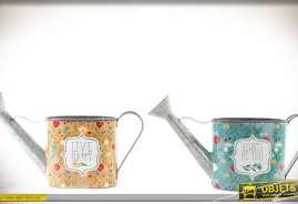 Ensemble décoratif à motifs floraux composé de deux petiits arrosoirs en métal.