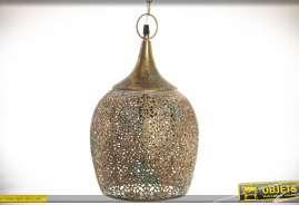 Suspension orientale en forme de cloche suspendue, en métal finement ajouré et ciselé façon moucharabieh, finition métal bronze doré et vieilli.