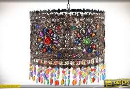 Suspension originale en métal cuivré finement façonné avec incrustation de cabochons à motifs floraux et pampilles et pendeloques colorées. 1 x E27.