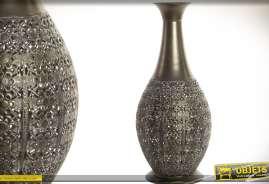 Grand vase décoratif en métal ajouré et finement façonné, façon moucharabié, patine bronze vieilli.