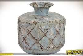 Vase d'aspect très ancien, en métal finition défraîchie et oxydée, forme cylindrique, col central étroit.