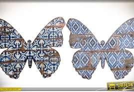 Ensemble de deux décorations murales, en bois, prenant la forme de silhouettes de papillons avec ornementation en tapisserie bleue à motifs rétro et a