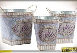 Ensemble de trois seaux rétro en métal imitation zinc vieilli avec poignées et ornementations sur le thème de la lanvande.