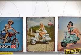 Ensemble décoratif composé de trois panneaux décoratifs vintage en métal sur le thème des deux routes et des pinups.