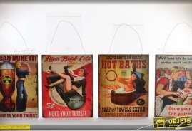 Série de 4 plaques de réclames anciennes, esprit vintage avec pinups.