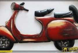 Grande décoration murale en métal représentant un ancien scooter, coloris rouge effet vieilli.