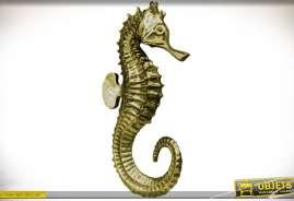 Déco murale sur le thème de la mer. Représentation en relief d'un cheval de mer avec finition dorée et vieillie (hippocampe).