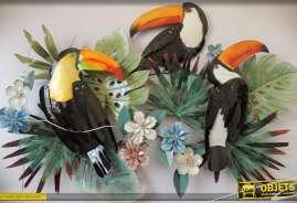Ornementation murale en métal, plantes exotiques et perroquets multicolores en relief.