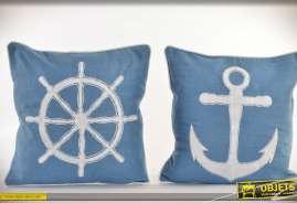 Set de deux coussins complets, en 45 x 45 cm, sur le thème Bord de mer, coton bleu avec motifs barre à roue et encre de bateau.