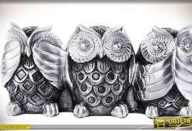 Grande statuette mettant en scène 3 hibous adoptant des postures différents, en résine, finition métal argenté.