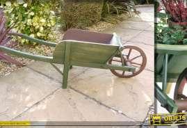 Brouette déco en bois pour jardin ou terrasse