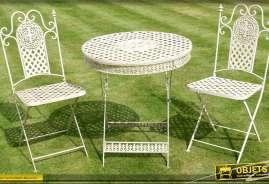 Table et chaises de jardin coloris crème. Une table et deux chaises. En fer forgé