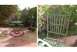 Ensemble salon de jardin avec une table ronde et deux chaises en fer forgé couleur vert antique