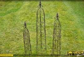 Ensemble de trois obélisques en métal couleur noir pour plantes grimpantes