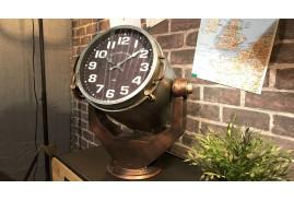 Projecteur de poursuite en forme de grande horloge de table, en métal finition argentée, cuivrée et dorée.