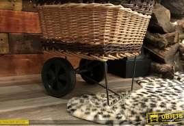 Chariot à bois en osier teinté et osier brut. Panier sur suport métal monobloc avec roues pleines.