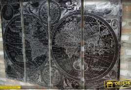 Grande mappemonde murale finition noir et argent présentée en quadriptyque