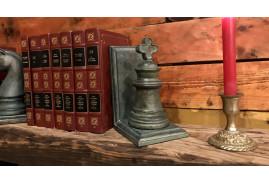 Paire de serre-livres en forme de pièces d'échecs, en résine finition bronze vieilli, 27cm