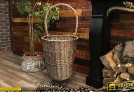 Grand chariot à bois en osier tressé, finition grise effet ancien, style maison de romantique, grande anse et roues en gomme rigide