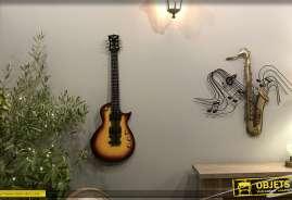 Décoration murale en métal en forme de grande guitare, finition rouge jaune orangé effet couché de soleil, relief et brillance