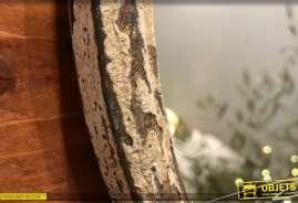 Miroir en métal finition ancienne effet écaillé, fleurs en partie haute