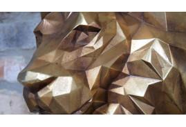 Tête de lion en résine à suspendre, finition effet métal laiton, 36cm