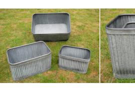Set de trois jardinières décoratives en métal, formes rectangulaires et anses de transport, 60x38cm