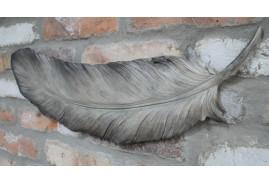 Plume en résine à suspendre au mur, finition gris argenté mate, ambiance romantique légère