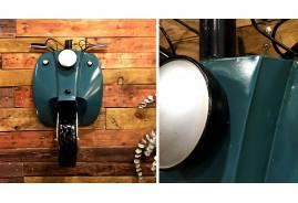 Déco murale en métal en forme de scooter finition bleu métallisé, ambiance deux roues