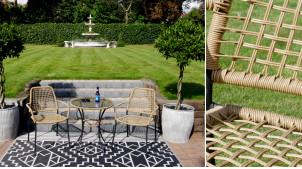 Salon de jardin en métal noir et osier synthétique de couleur naturelle, table avec plateau en verre, ambiance moderne