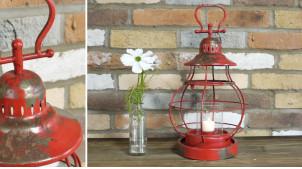 Lanterne en métal finition rouge vieilli avec traces oxydées, cylindre de verre et large anse, 47cm