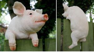 Sculpture en résine d'un cochon à installer sur une barrière, finitions réalistes et sourire aux lèvres, 36cm