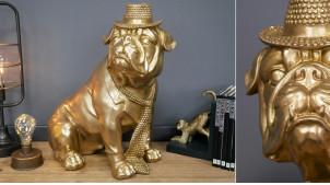 Sculpture en résine d'un bulldog en costume de soirée, finition doré ancien, ambiance chic originale, 44cm