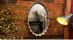 Miroir mural de forme ovale, en métal finition aluminium effet ancien patiné bronze, encadrement en collerette ondulée, 73cm