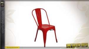 Chaise en métal coloris rouge