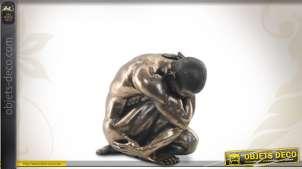 Statue de l'homme nu recroquevillé finition bronze