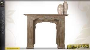 Manteau de cheminée en bois vieilli avec sculpture ornementale