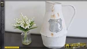 Objet décoratif vieux broc à eau en métal patine blanche oxydée