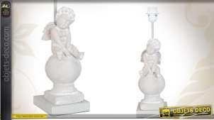 Pied de lampe de charme avec figurine d'ange assis sur une sphère